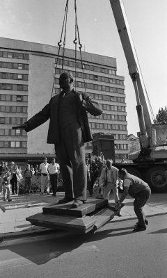 Lenini kuju kangutamine EKP Keskkomitee hoone eest 23.08.1991. Foto: Peeter Langovits