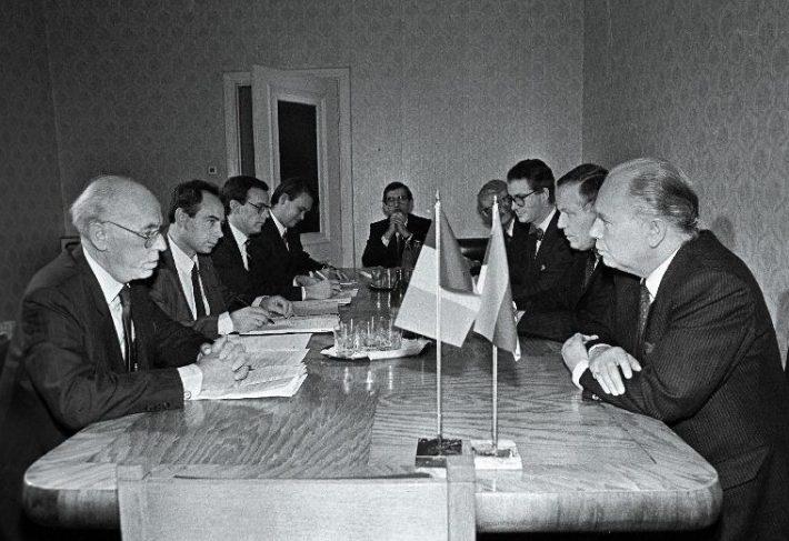 Belgia välisminister Mark Eyskens (paremalt 1.) Eesti välisministri Lennart Meri (vasakult 1.) juures vastuvõtul. Vasakult 2. Eesti suursaadik Belgias Clyde Kull