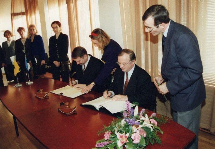 Välisminister Siim Kallas ja Flandria peaminister Luc Van den Brande kirjutavad alla Eesti ja Flandria vahelisele koostöölepingule